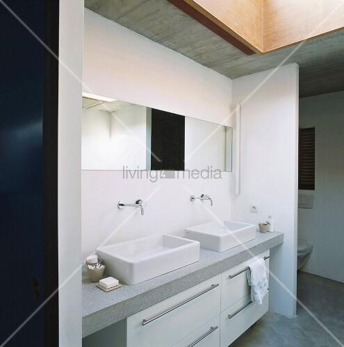 modernes badezimmer mit abgetrennter toilette waschtisch mit rechteckigen waschbecken und einem. Black Bedroom Furniture Sets. Home Design Ideas