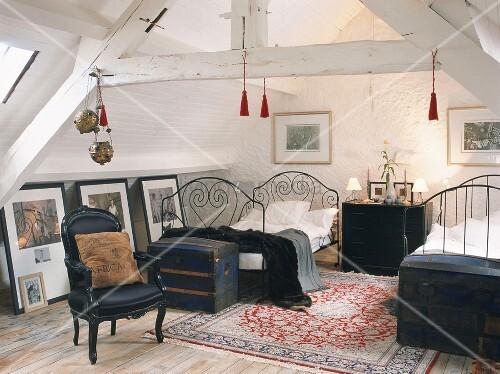 Ein Schlafzimmer mit zwei französischen Metallbetten und ...