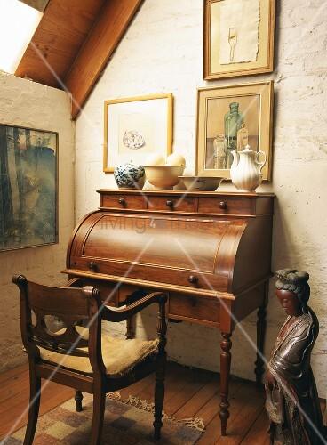 alter sekret r mit holzstuhl in einem rustikalen raum. Black Bedroom Furniture Sets. Home Design Ideas