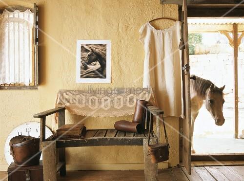 rustikale holzbank mit lederwaren in einem alten bauernhaus bild kaufen living4media. Black Bedroom Furniture Sets. Home Design Ideas