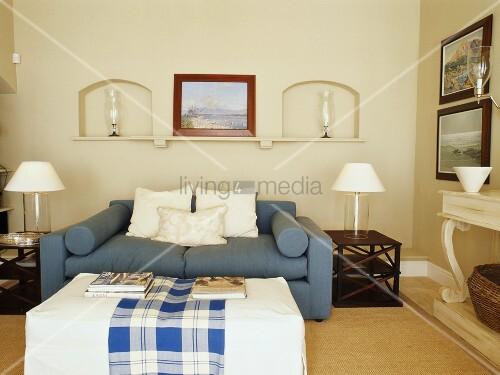 blaues sofa in einem wohnraum mit wandnischen bild kaufen living4media. Black Bedroom Furniture Sets. Home Design Ideas