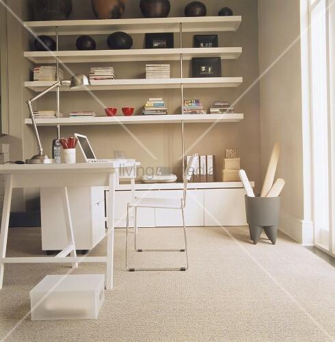 modernes arbeitszimmer mit wandregal und schreibtisch in weiss bild kaufen living4media. Black Bedroom Furniture Sets. Home Design Ideas