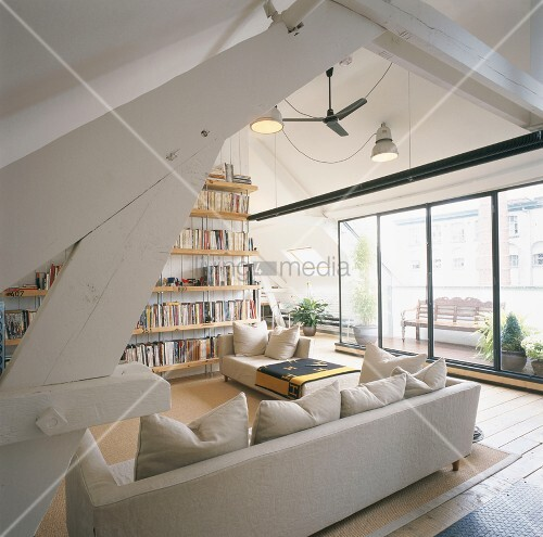 Wohnzimmer im Dachgeschoss mit Balkonzugang und ...