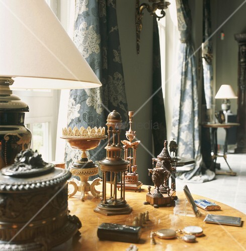 runder holztisch mit antiken dekogegenst nden in einem. Black Bedroom Furniture Sets. Home Design Ideas