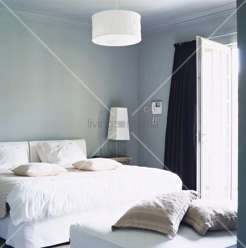 weisses bett in einem hellblauen schlafraum mit stuckdecke. Black Bedroom Furniture Sets. Home Design Ideas