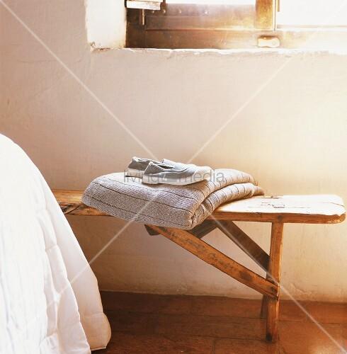 eine holzbank bild kaufen living4media. Black Bedroom Furniture Sets. Home Design Ideas