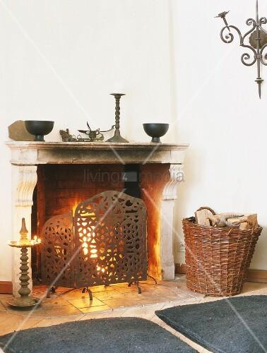 ein klassischer kamin mit funkenschutz und dekoschalen bild kaufen living4media. Black Bedroom Furniture Sets. Home Design Ideas