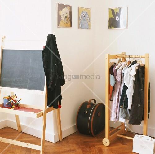 eine tafel und eine kleiderstange in der ecke eines kinderzimmers bild kaufen living4media. Black Bedroom Furniture Sets. Home Design Ideas