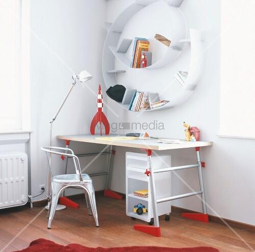 ein schreibtisch mit tolix stuhl und ein spiralf rmiges. Black Bedroom Furniture Sets. Home Design Ideas