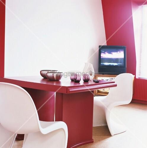 ein roter esstisch mit weissen panton stühlen in einer zimmerecke, Esstisch ideennn
