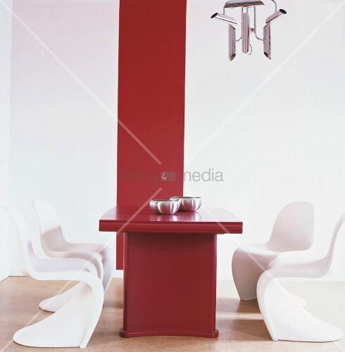 ein roter esstisch mit weissen panton stühlen – living4media, Esstisch ideennn