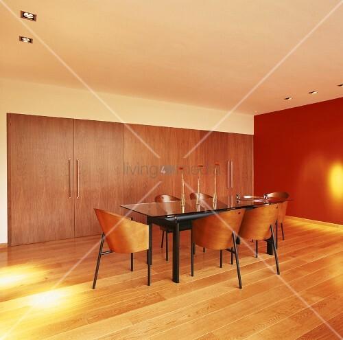 ein glastisch mit klassischen costes st hlen bildet den mittelpunkt des in warmes licht. Black Bedroom Furniture Sets. Home Design Ideas
