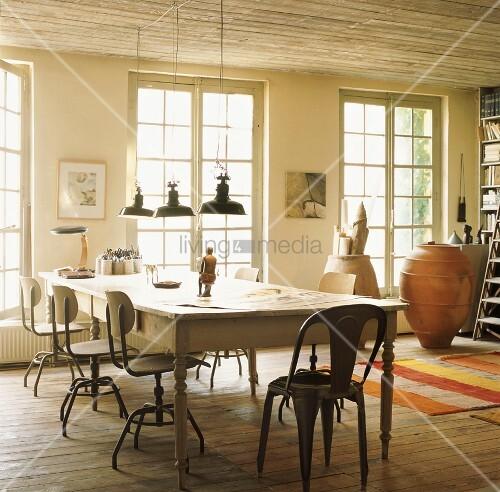 der antike holztisch mit alten drehst hlen und einem tolix. Black Bedroom Furniture Sets. Home Design Ideas