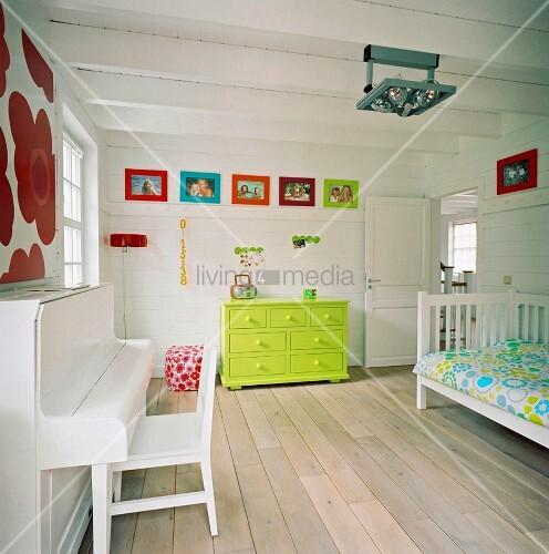 neongr ne kommode und bunte wanddekoration in einem. Black Bedroom Furniture Sets. Home Design Ideas