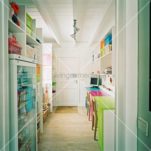 ein arbeitszimmer mit viel stauraum und bunten farbakzenten bild kaufen living4media. Black Bedroom Furniture Sets. Home Design Ideas