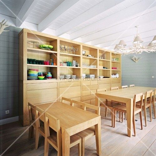 moderne holzm bel im essraum eines kindergartens bild. Black Bedroom Furniture Sets. Home Design Ideas
