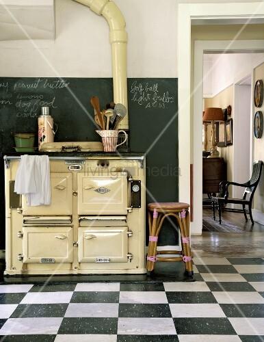 Ein antiker holzofen in der kuche mit schachbrettboden for Holzofen küche