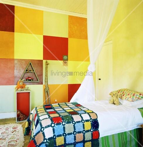 ein kunterbuntes kinderzimmer mit karomuster an der wand und einem betthimmel ber dem gemachten. Black Bedroom Furniture Sets. Home Design Ideas