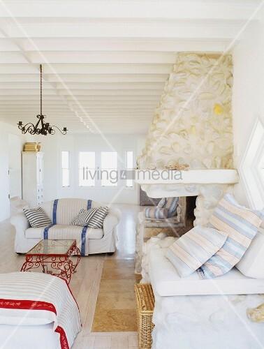 Klassische Polstermöbel in einem hellen Wohnraum mit Rippendecke ...