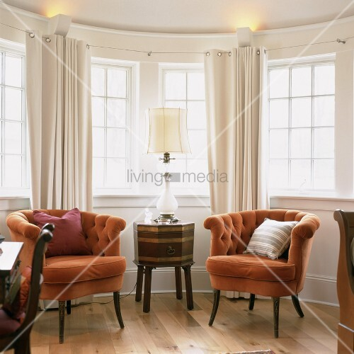 zwei elegante sessel und ein antiker beistelltisch mit tischleuchte im erker bild kaufen. Black Bedroom Furniture Sets. Home Design Ideas
