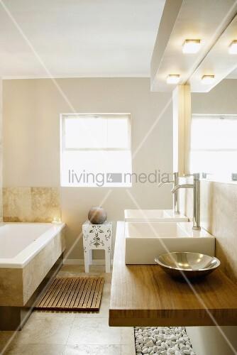 ein modernes badezimmer mit nussbaum- und marmorelementen, am, Wohnzimmer dekoo