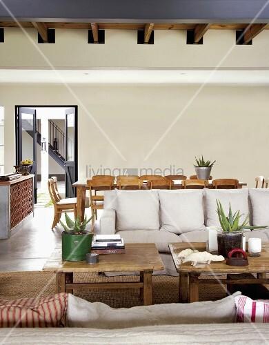 rustikale couchtische und helle sofas vor einem gro en. Black Bedroom Furniture Sets. Home Design Ideas