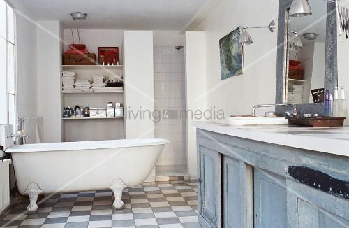 Badezimmer mit waschtisch, freistehender badewanne & dusche und ...
