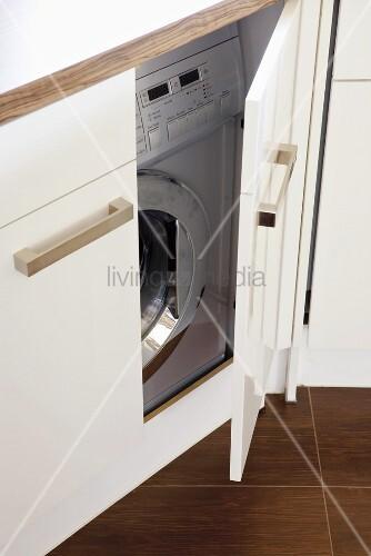 eingebaute waschmaschine bild kaufen living4media. Black Bedroom Furniture Sets. Home Design Ideas