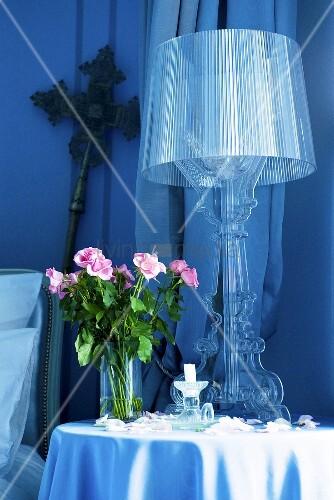 beistelltisch mit lampe und rosenstrauss im schloss la verrerie frankreich bild kaufen. Black Bedroom Furniture Sets. Home Design Ideas