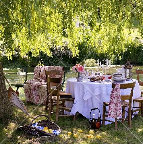 Bilder Garten: Gedeckter Tisch Am Teich Im Romantischen Garten