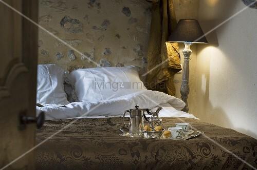 blick durch ge ffnete t r auf doppelbett mit fr hst ckstablett bild kaufen living4media. Black Bedroom Furniture Sets. Home Design Ideas