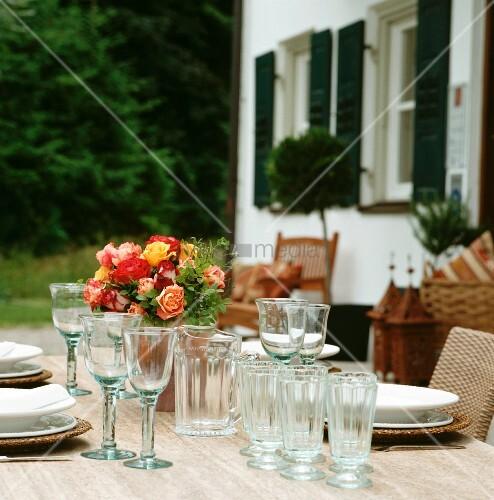 Gedeckter Tisch Im Garten: Gedeckter Tisch Mit Rosenstrauss Im Freien