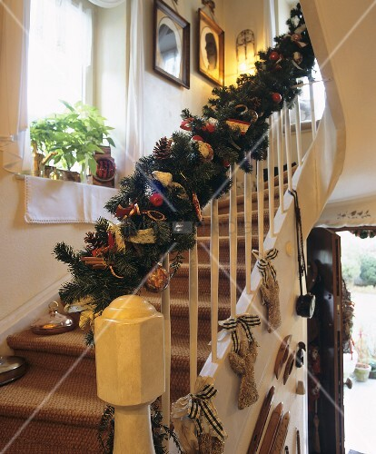 Weihnachtlich dekorierter treppenaufgang bild kaufen for Treppenaufgang dekorieren