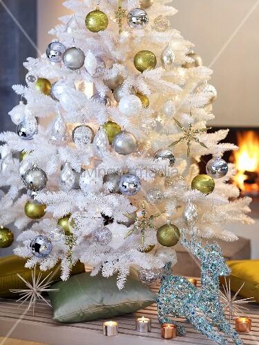 weisser k nstlicher christbaum vor einem kamin bild kaufen living4media. Black Bedroom Furniture Sets. Home Design Ideas