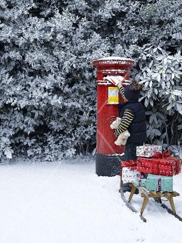 Kind wirft weihnachtspost in briefkasten england bild - Bilder weihnachtspost ...