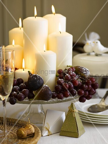 weihnachtliche tischdeko mit kerzen trauben und feigen bild kaufen living4media. Black Bedroom Furniture Sets. Home Design Ideas
