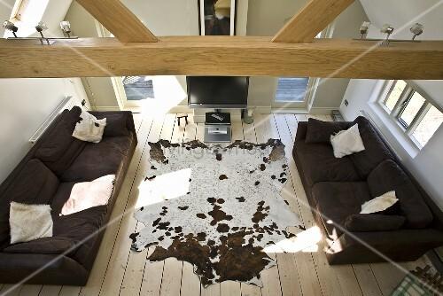 Auf Wohnzimmer Im Dachgeschoss Mit Holzbalkendecke Sofas U0026 Kuhfell