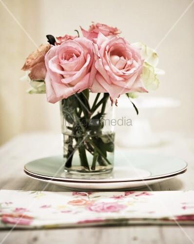 englische rosen in glasvase bild kaufen living4media. Black Bedroom Furniture Sets. Home Design Ideas