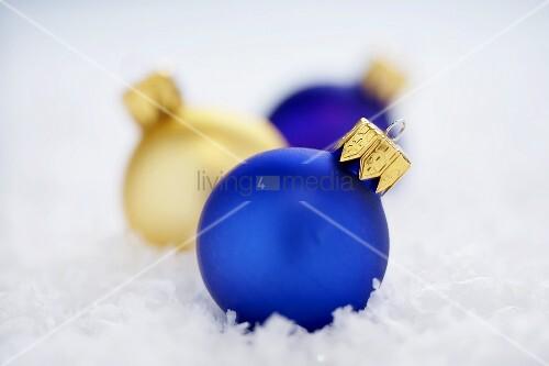 Blaue und goldfarbene christbaumkugeln im schnee bild kaufen living4media - Blaue christbaumkugeln ...