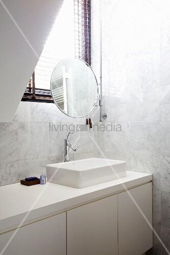 weisse marmorfliesen und weisse einbauten im badezimmer schminkspiegel am fenster bild kaufen. Black Bedroom Furniture Sets. Home Design Ideas