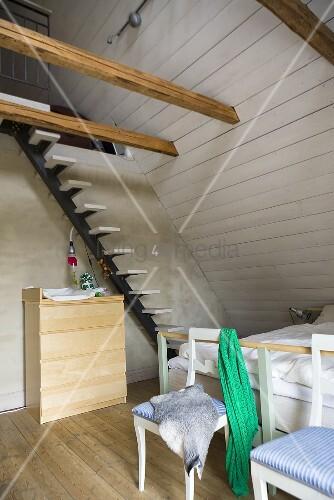 Stuhl und treppe unter dachschr ge mit weisser - Dachschrage holzverkleidung ...