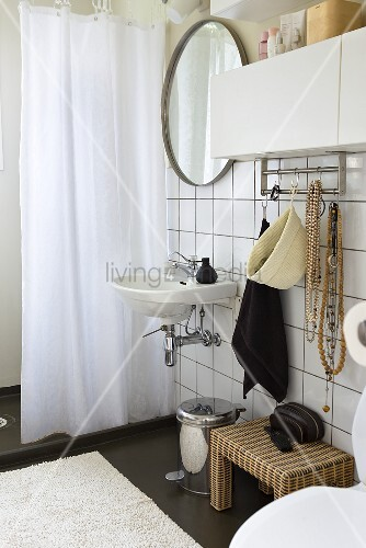 waschbecken mit spiegel an weissgefliesster wand und duschvorhang bild kaufen living4media. Black Bedroom Furniture Sets. Home Design Ideas