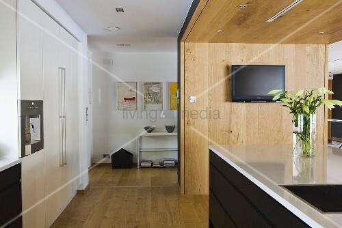 offene k che mit k chenblock vor holztrennwand und blick auf regal im vorraum bild kaufen. Black Bedroom Furniture Sets. Home Design Ideas