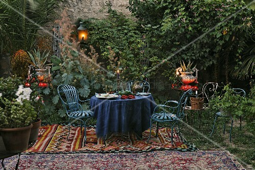 romantisches picknick blaue gartenm bel auf orientalischer decke mit laterne und windlichter. Black Bedroom Furniture Sets. Home Design Ideas