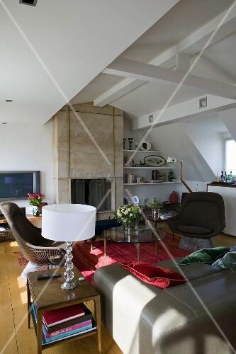 offener wohnraum im ausgebauten dach mit sitzm bel vor kamin bild kaufen living4media. Black Bedroom Furniture Sets. Home Design Ideas