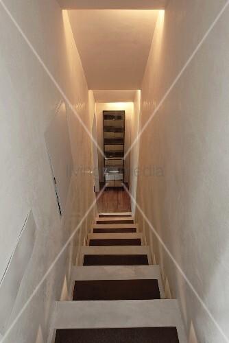 schmales treppenhaus mit indirekter beleuchtung und blick auf schrank vor treppenabgang bild. Black Bedroom Furniture Sets. Home Design Ideas