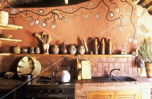rustikale k che mit bemalter wand im afrikanischen stil bild kaufen living4media. Black Bedroom Furniture Sets. Home Design Ideas