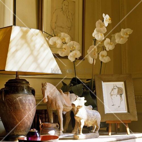 tischlampe mit weissem schirm und tierfiguren aus stein. Black Bedroom Furniture Sets. Home Design Ideas
