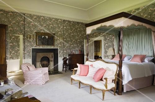 elegantes schlafzimmer eines schlosses mit antiker sitzbank am himmelbett mit baldachin vor wand. Black Bedroom Furniture Sets. Home Design Ideas