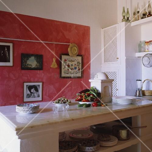 Minimalistisches Himmelbett Vor Wand Mit : Mediterraner k?che marmorplatte auf weissem gemauerten